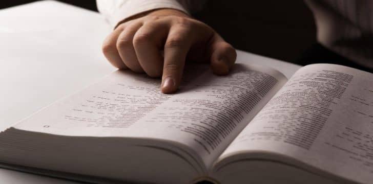 Sözlükteki bir kelimeyi gösteren biri