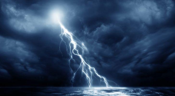 बिजली के एक शरीर पर बिजली गिरने की एक फ्लैश