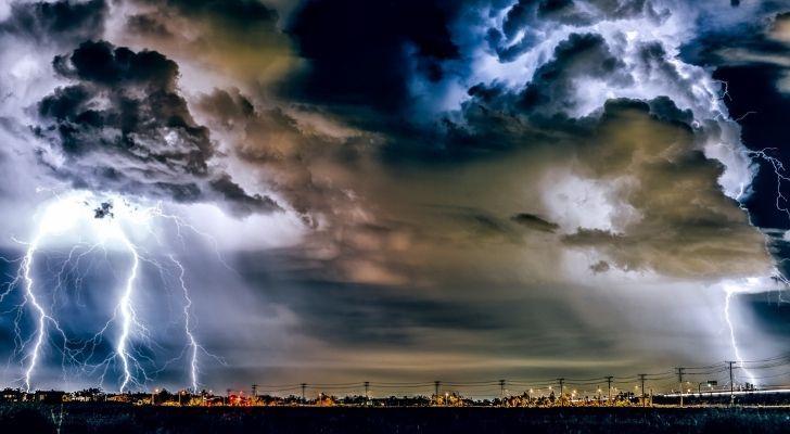 घने भारी बादल और एक शहर भर में हल्की