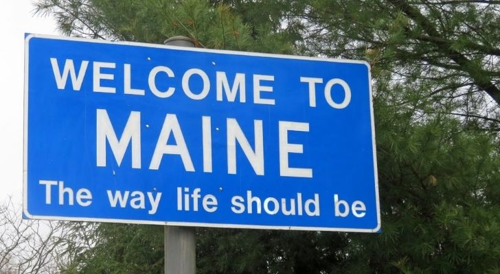 A welcome to Maine road sign