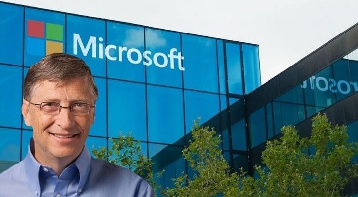 Bill Gates in front of a Microsoft office